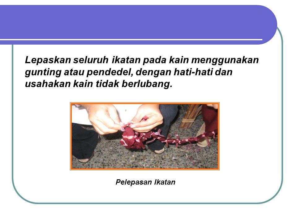 Lepaskan seluruh ikatan pada kain menggunakan gunting atau pendedel, dengan hati-hati dan usahakan kain tidak berlubang.