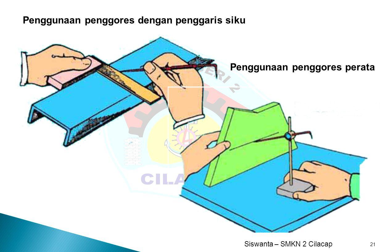Penggunaan penggores dengan penggaris siku
