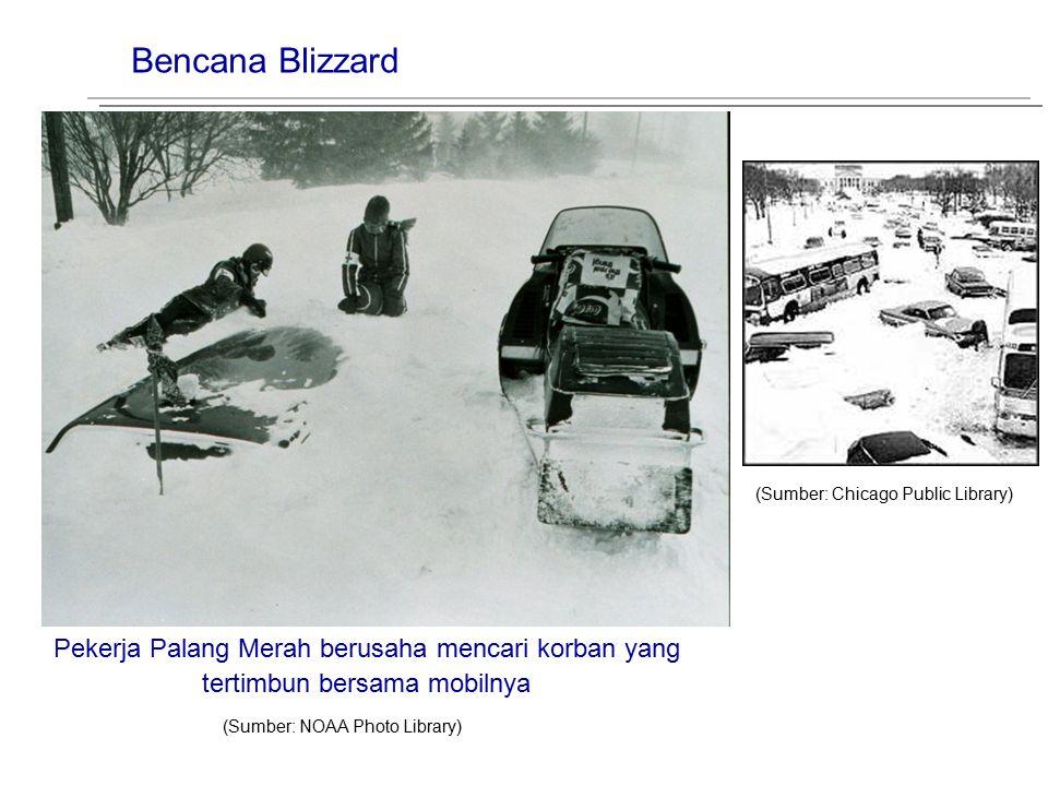 Bencana Blizzard (Sumber: Chicago Public Library) Pekerja Palang Merah berusaha mencari korban yang tertimbun bersama mobilnya.