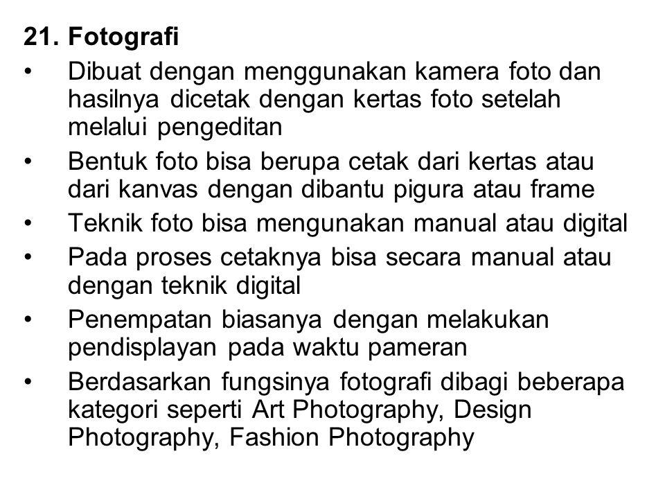 Fotografi Dibuat dengan menggunakan kamera foto dan hasilnya dicetak dengan kertas foto setelah melalui pengeditan.