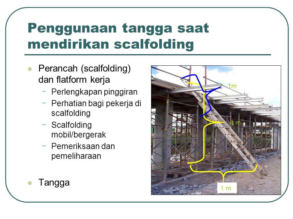 Penggunaan tangga saat mendirikan scalfolding